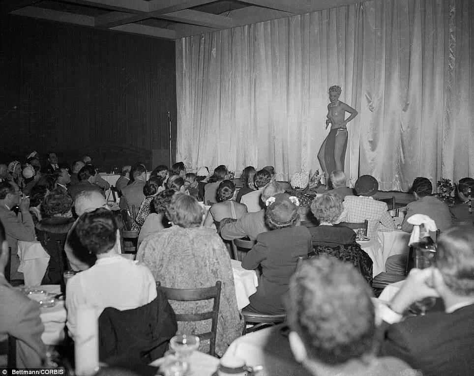 1951. Октябрь. Лили Сен-Сир во время выступления в ночном клубе Сиро