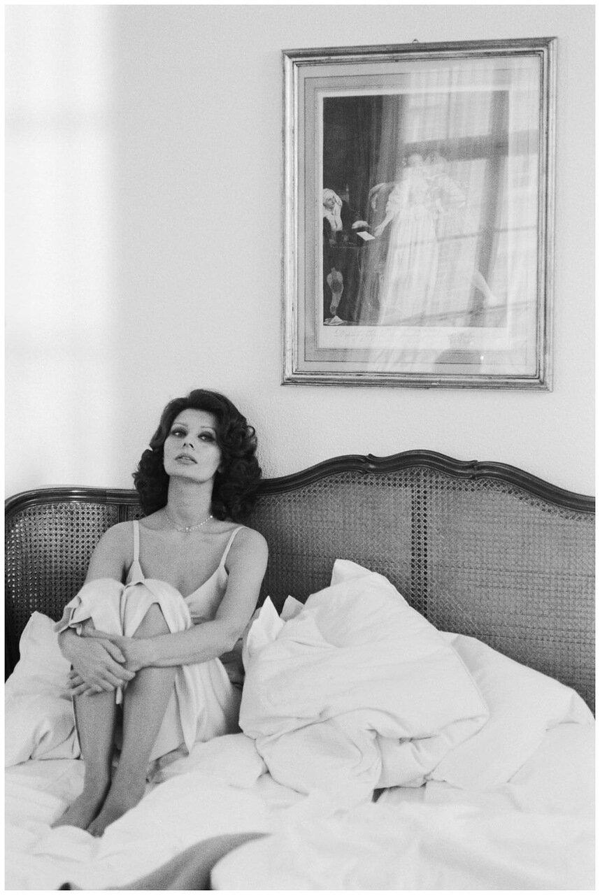 1965. Софи Лорен сидит в неприбранной кровати.