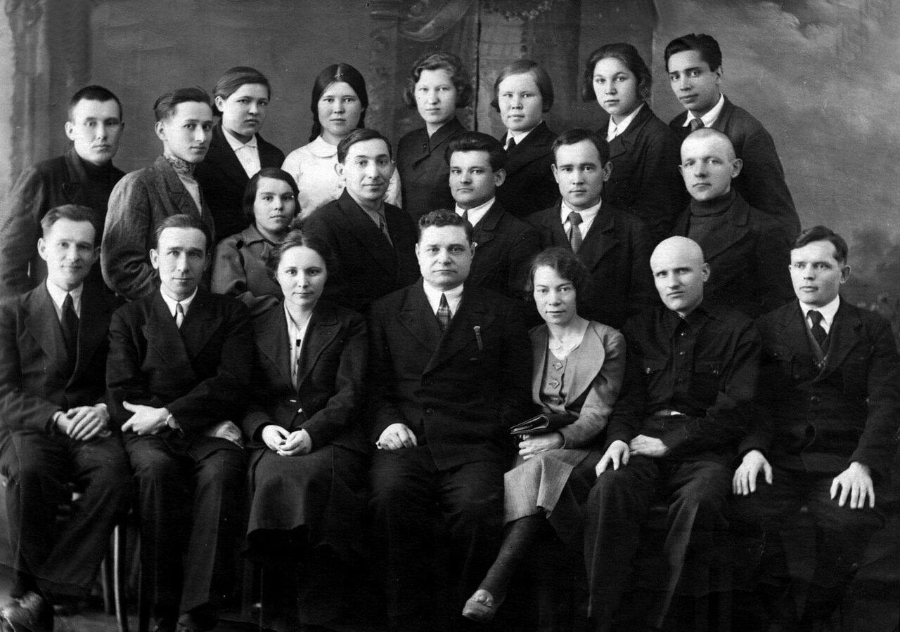 1941. Группа студентов и преподавателей физико-математического факультета Глазовского учительского института