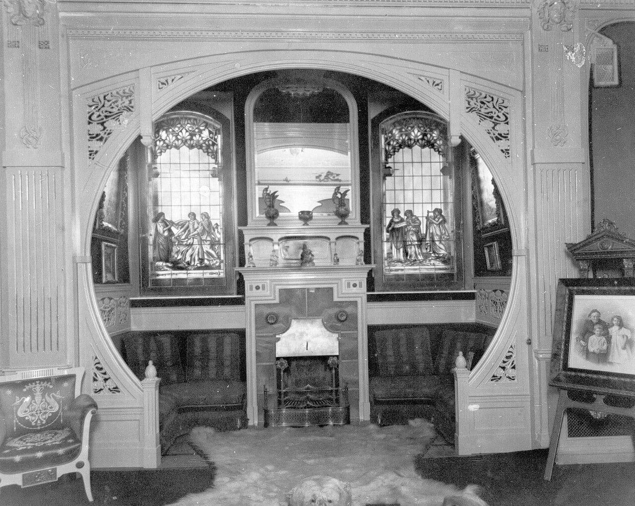 13. Вид камина в зале особняка купца А.Л.Франка (В.О., 21 линия, 8-а)