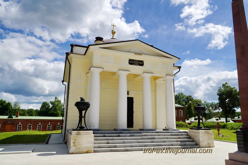 Спасо-Бородинский женский монастырь, церковь Спаса Нерукотворного-усыпальница Тучковых