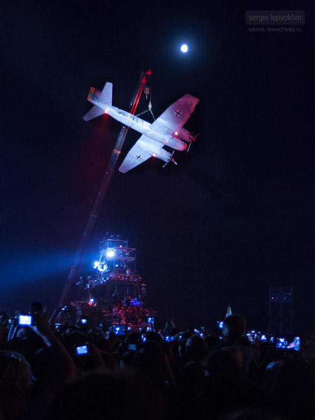Над толпой поднимается немецкий самолет