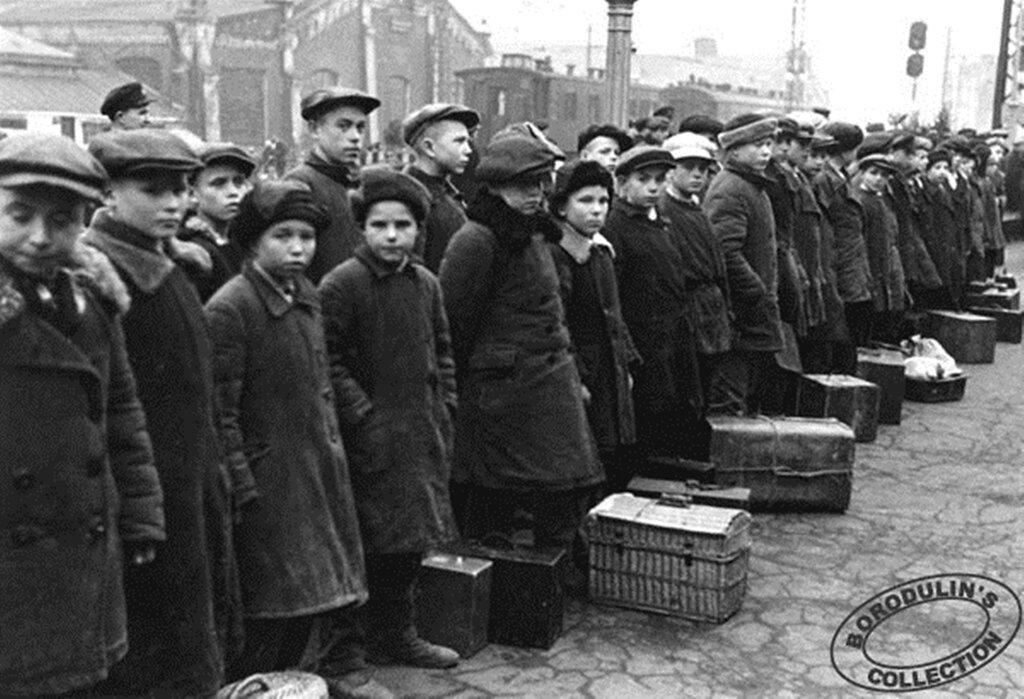 Отцы на фронт, дети на заводы. 1941.