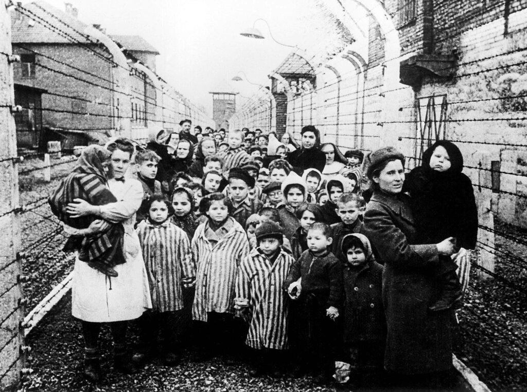 Освобожденные дети из концлагеря Освенцим. Январь 1945 г.