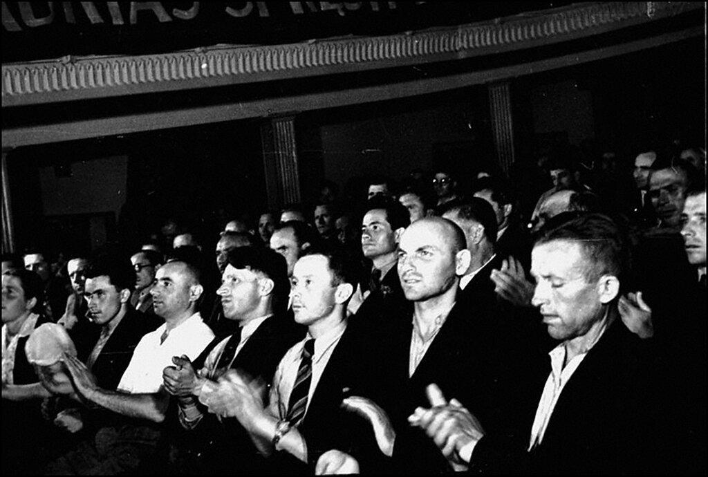 Делегаты Литовского народного сейма аплодируют после оглашения декларации о вступлении Литвы в состав СССР.  1940 г.