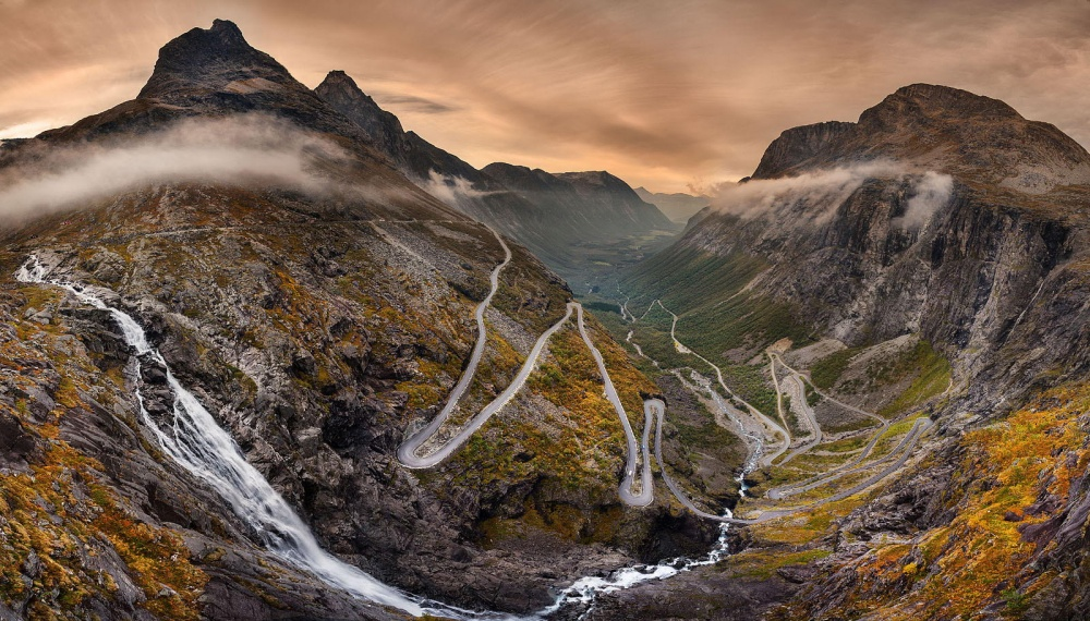 Лестница троллей— национальная туристическая дорога, протянувшая среди горных вершин внорвежском р