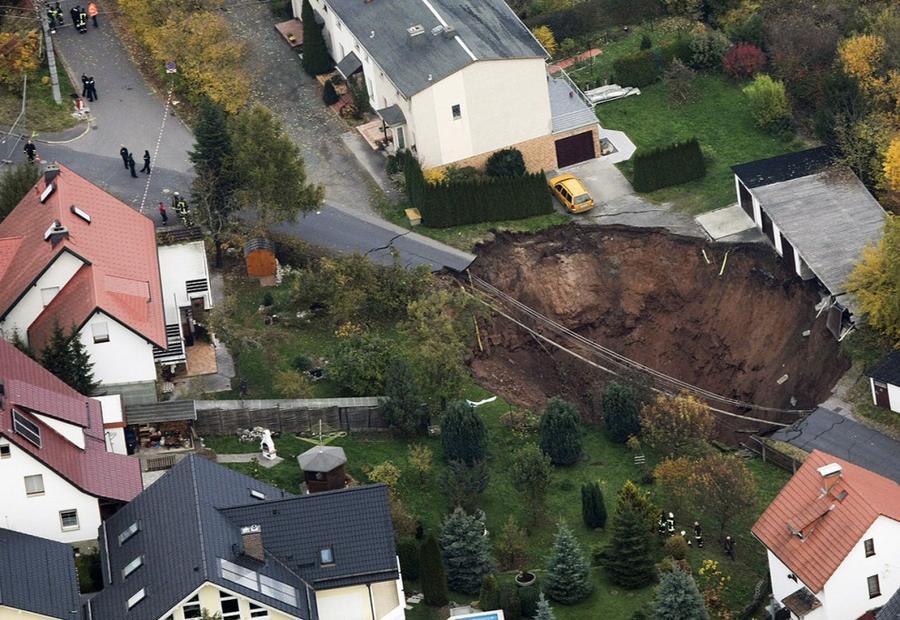 14. Карстовая воронка образовалась в городе Шмалькальден, Германия, 1 ноября 2010 года.