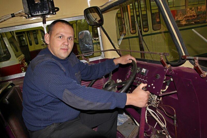 Лёшка на месте водителя в кабине старинного троллейбуса МТБ-82Д IMG_8726