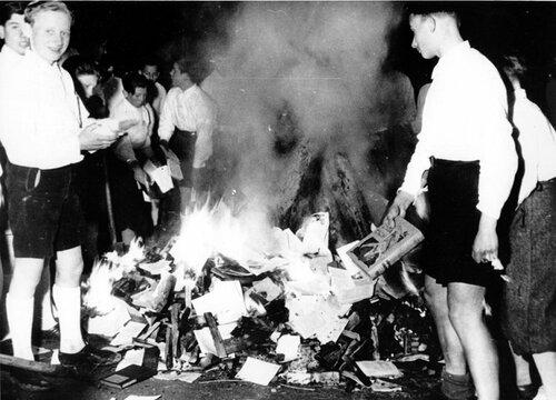 53-Австрийский гитлерюгенд сжигает запрещенные книги. 1938 год.jpg