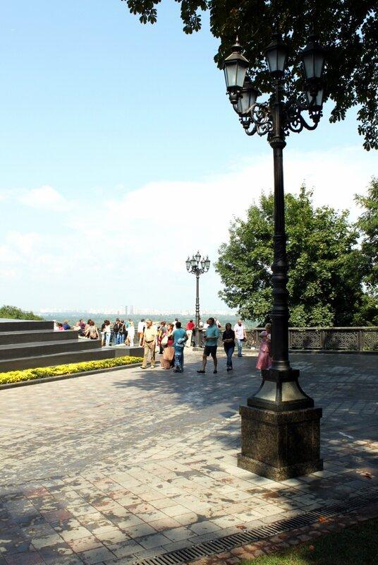 Новые фонари вокруг памятника Владимиру