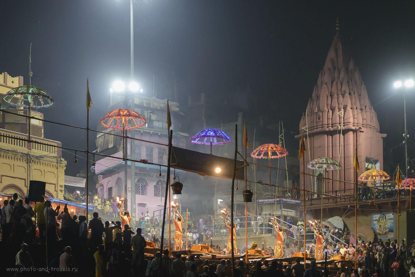 Фото 28. Что посмотреть в Варанаси вечером? Обязательно сходите на Дашашвамедх гхат, чтобы увидеть зрелищный ритуал Ганга Маха Аарти(GangaMahaAarti). 1/160, 2.8, 6400, 70. Вот еще пример, когда пригодился светосильный объектив Nikon 24-70/2.8 и малошумная матрица полнокадровой камеры Nikon D610.