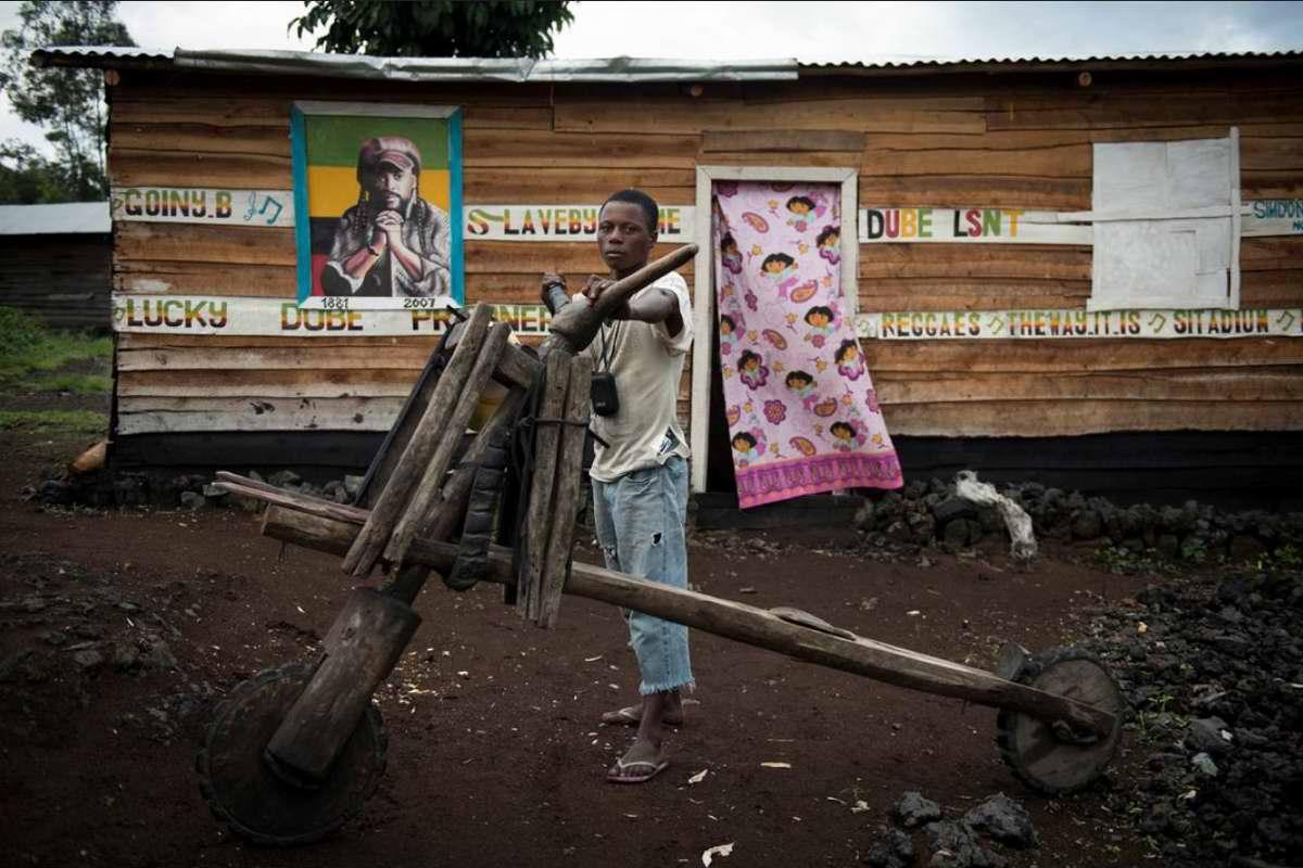 Демократическая Республика Конго - Участники соревнований на грузовых самокатах (1)