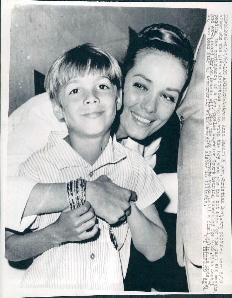 1965. Актриса Анна Кашфи, первая жена Марлона Брандо с сыном
