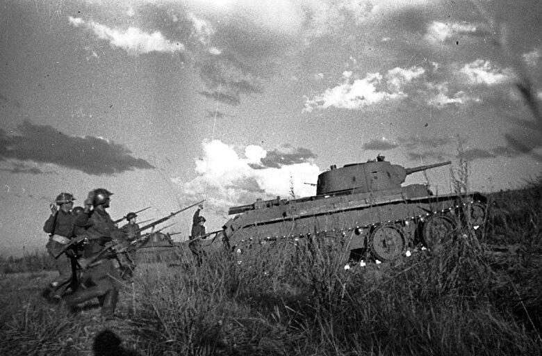 Халхин-Гол. Танки БТ-7 и пехотинцы РККА атакуют войска противника.