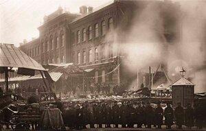 Пожар паркетной фабрики Леров и Ардент. Группа солдат воинской части, прибывшая для охраны фабричного имущества. 1907 г.