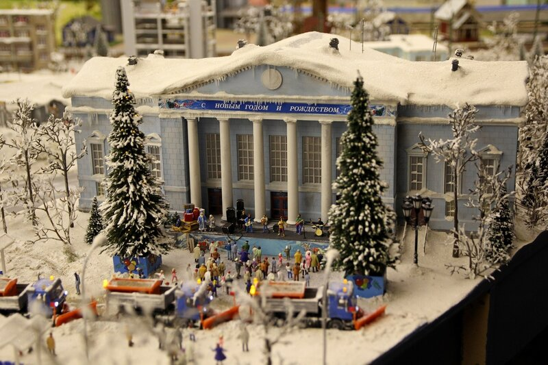 Гранд макет: новогодний зимний концерт перед домом культуры. Снег, ёлки и дед Мороз со Снегурочкой
