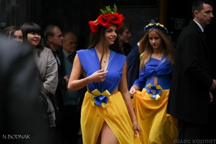 На празднование, УжНУ студенток нарядили в откровенные платья