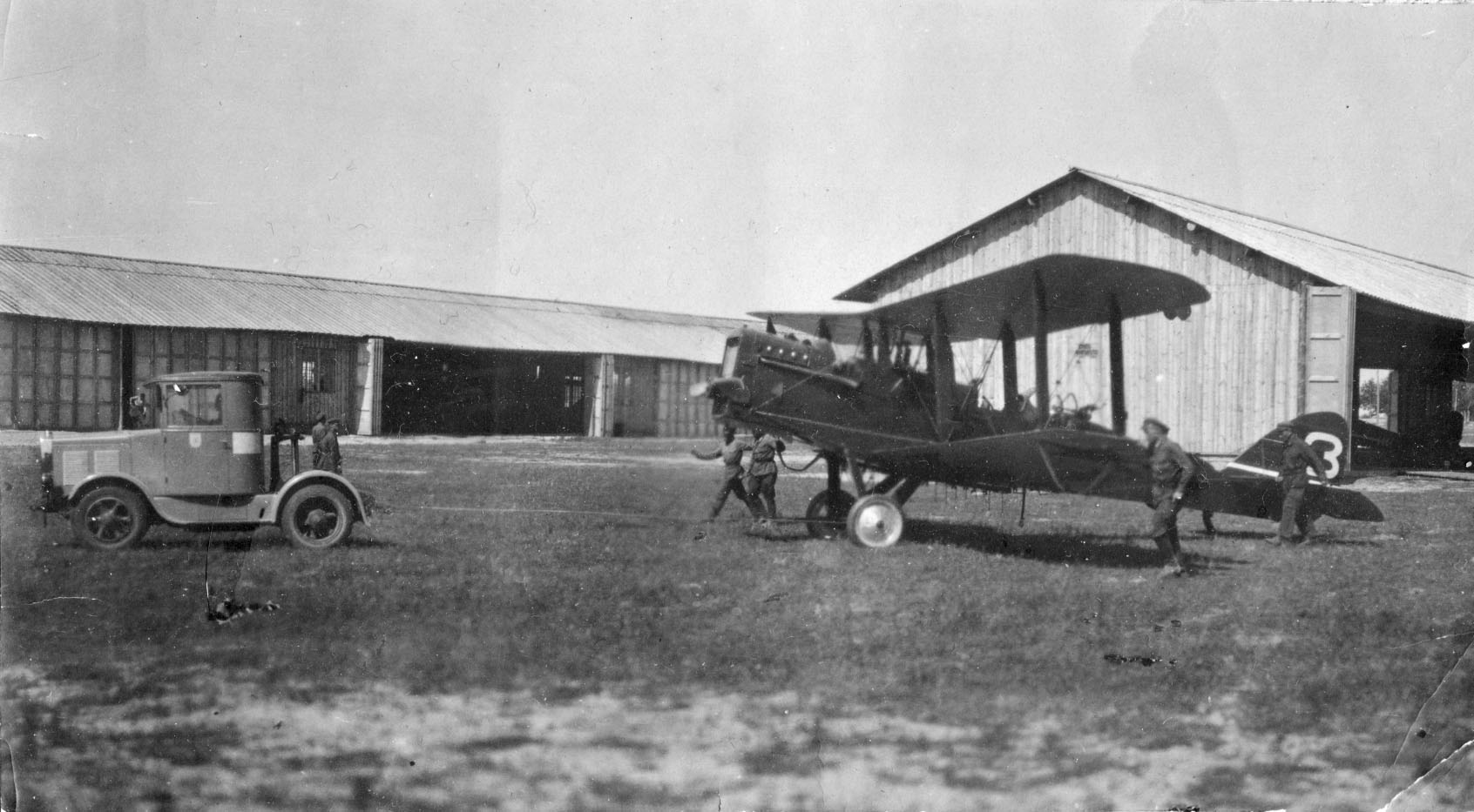 Буксировка самолета Р-1. Гатчина 20-е годы.jpg