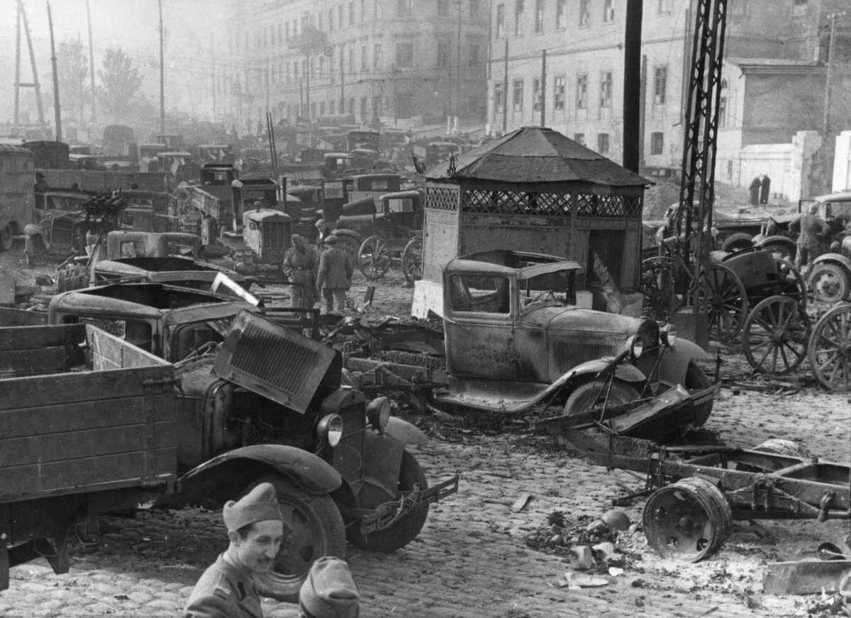 1941. Одесса, румынские солдаты осматривают захваченное имущество советской армии