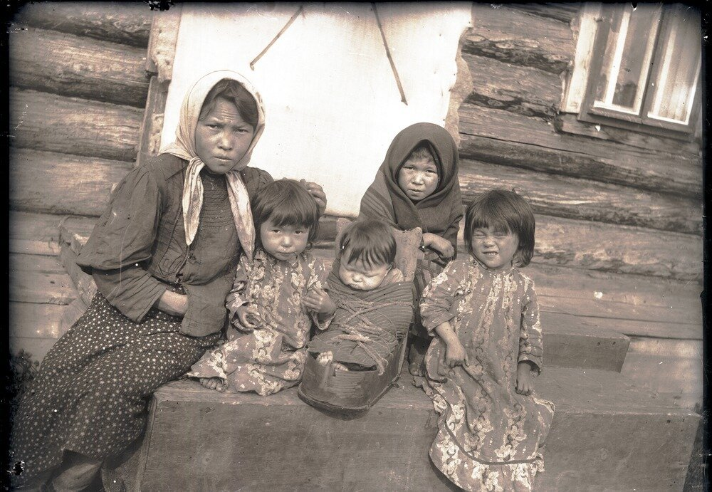 1912. Село Ларьяк.  Дети инородцы-остяки возле дома