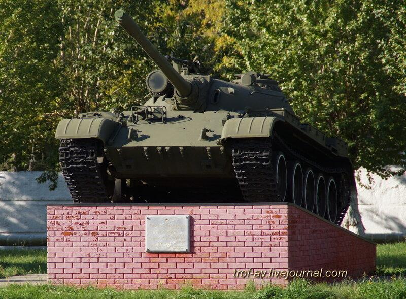 Танк Т-55А на пъедестале возле 1 уебного корпуса, ОВТИУ-ОТИИ, Омск