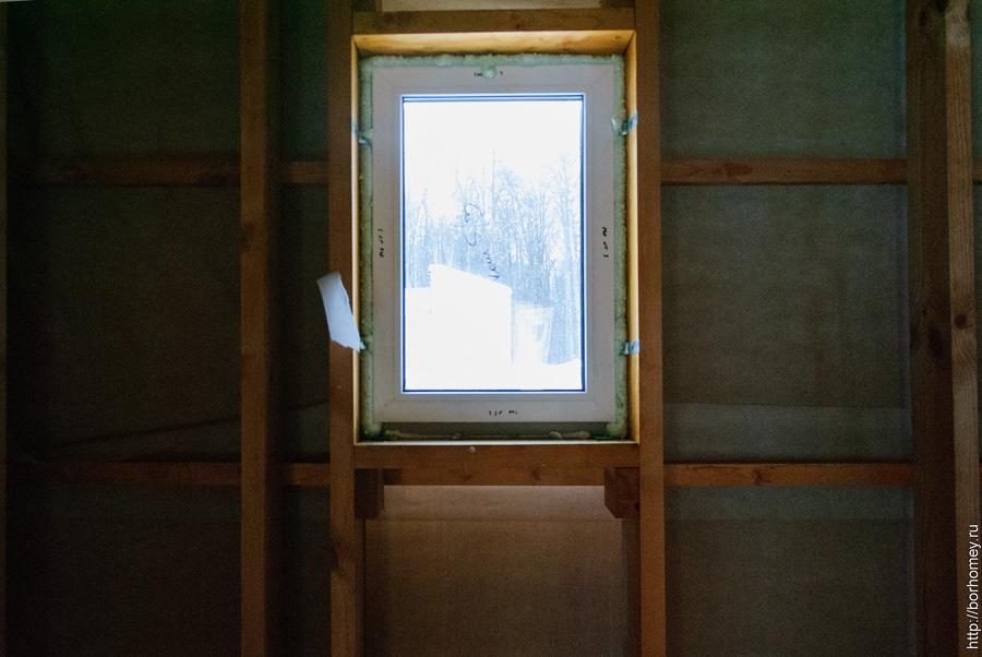окно в доме яблоневого сада