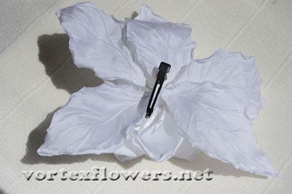 Гардения из ткани. Как закрепить заколку к цветку из ткани.