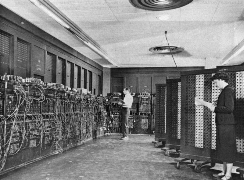 В то время под термином «компьютер» подразумевалась машина под названием ENIAC — комната с вычислите
