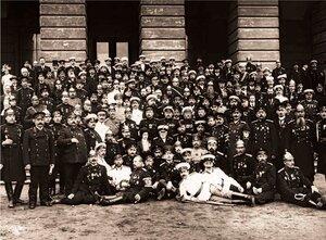 Группа участников VI Международного Пожарного Конгресса на Марсовом поле у здания Павловских казарм. 1912 г.