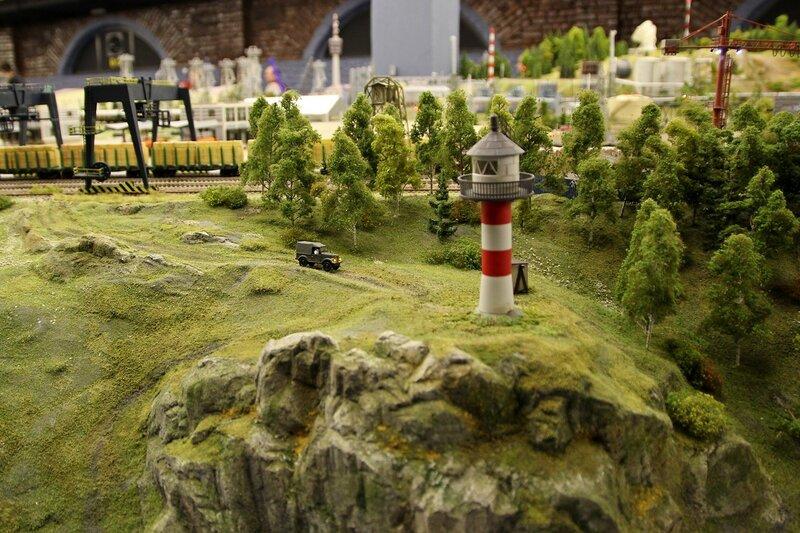 Гранд макет: УАЗик едет к маяку на каменистом мысе