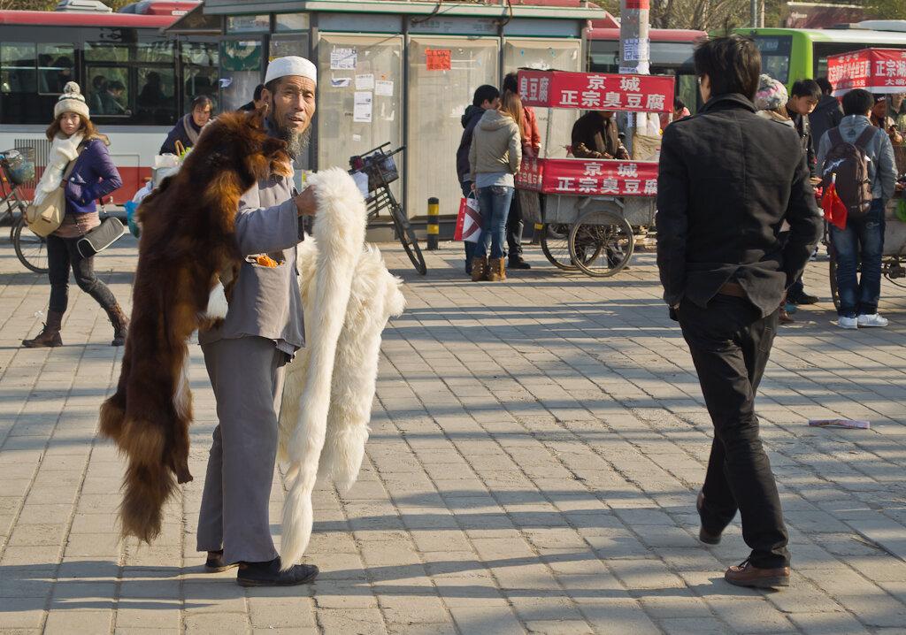 Фото. Едете в Китай за шубой? Прогулка по Пекину. Как добраться до Летнего императорского дворца. Нужно доехать на метро до станции Xiyuan. Вот, что вы увидите на поверхности