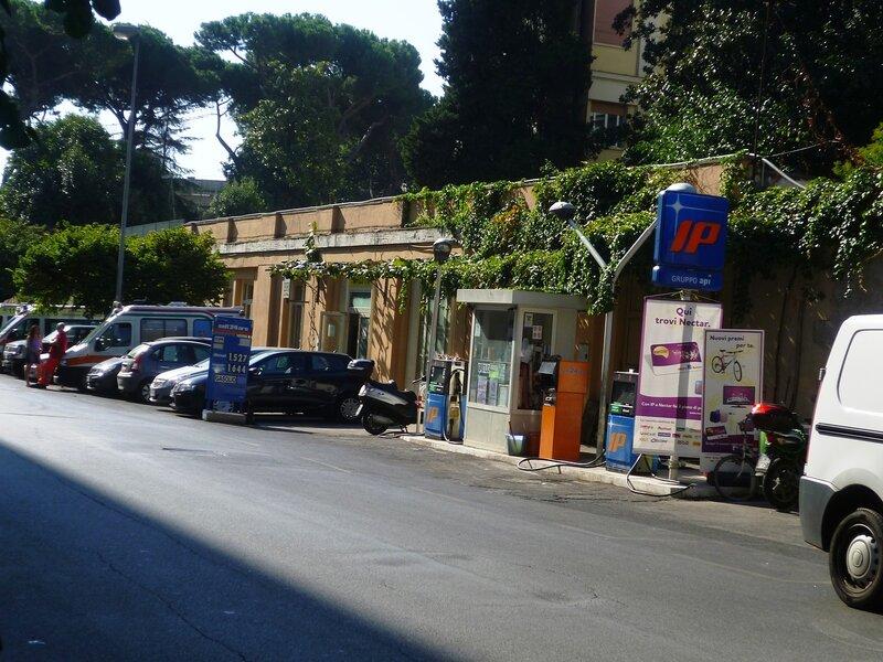 Италия. Рим. Автозаправка (Italy. Rome. Gas station).