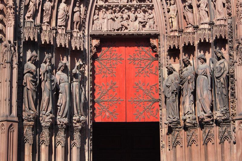 Страсбургский собор. Левый вход. Нижний ряд - добродетели и побежденные ими пороки