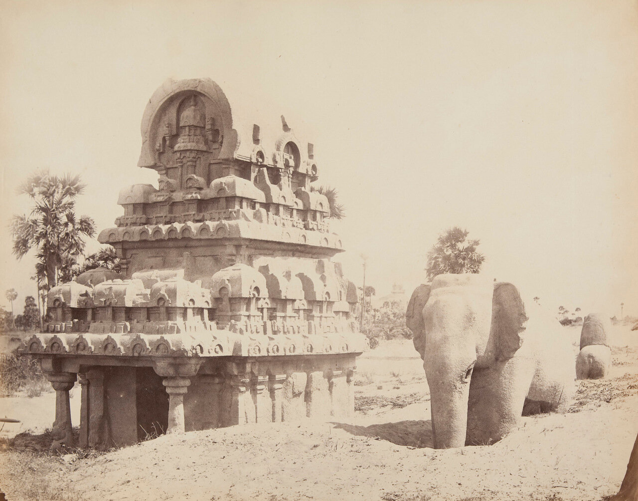 Монолит в виде лошадиной подковы и Каменный Слон возле Мадраила