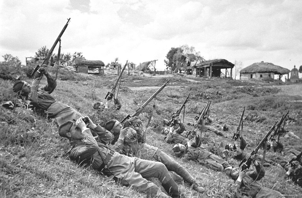 1943. Снайперы подразделения старшего лейтенанта Ф.Д. Лунина ведут залповый огонь по самолетам противника