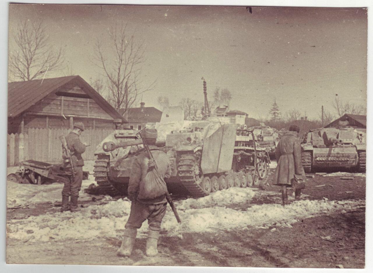 Солдаты проверяют трофейные немецкие танки.  Март 1944