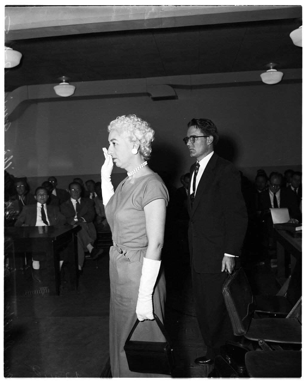 1956. 6 декабря. Комиссия по расследованию антиамериканской деятельности. Дельфина Мерфи Смит. Адвокат Уильям Б. Мариш (за ней)