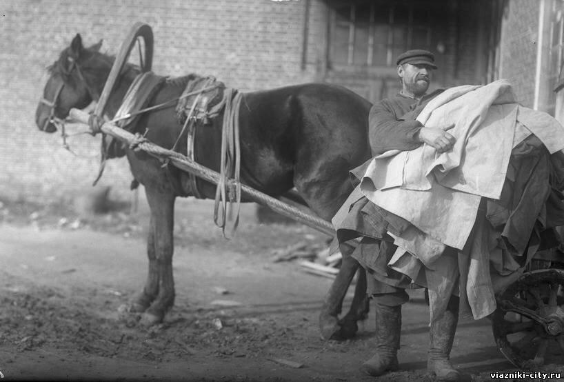 Перевозка предметов ширпотреба из фабрики Свободный пролетарий в ларек. 1932