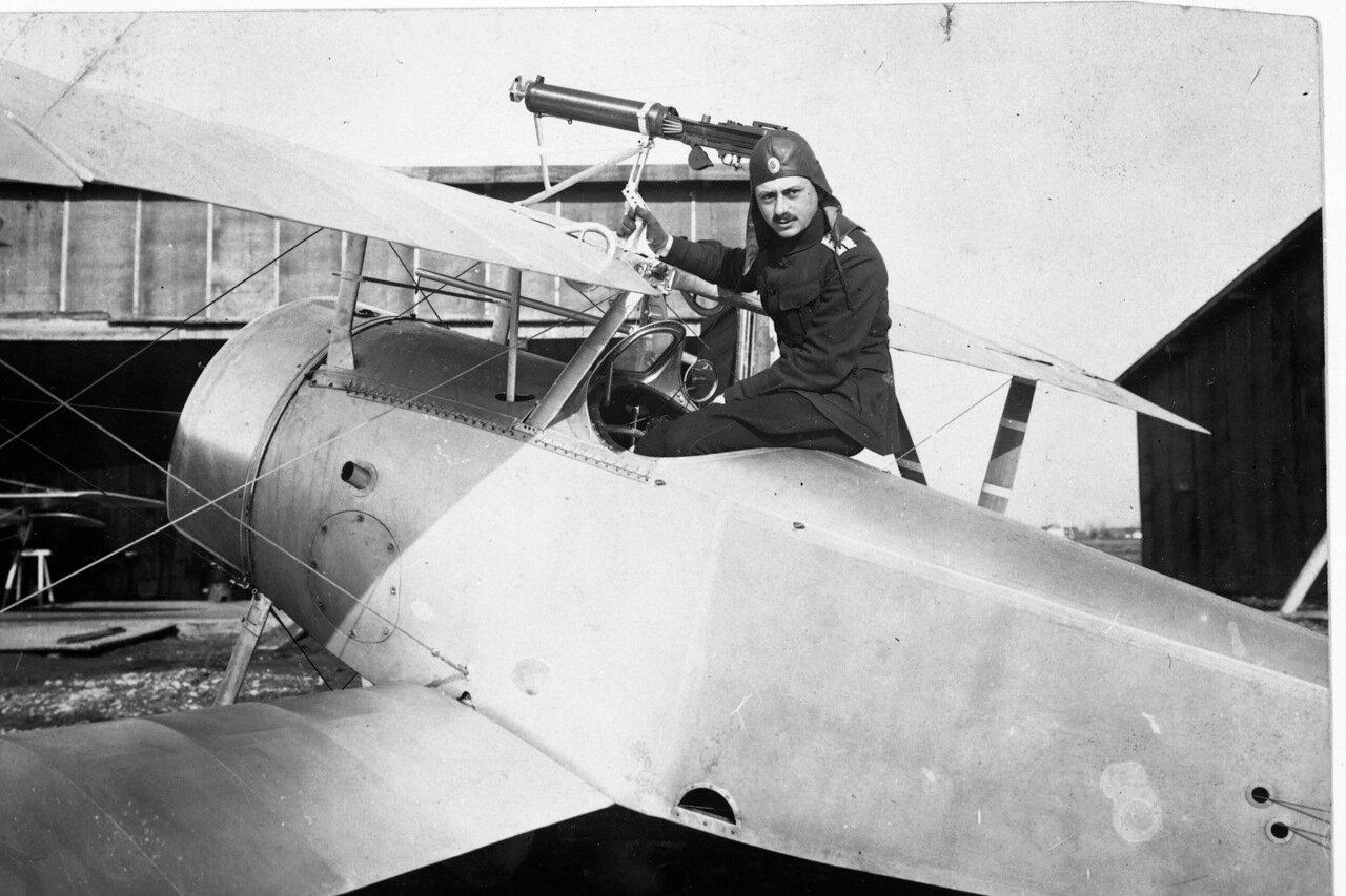 Прапорщик Сарафов из 8-го авиационного отряда истребителей на своем «Ньюпоре»