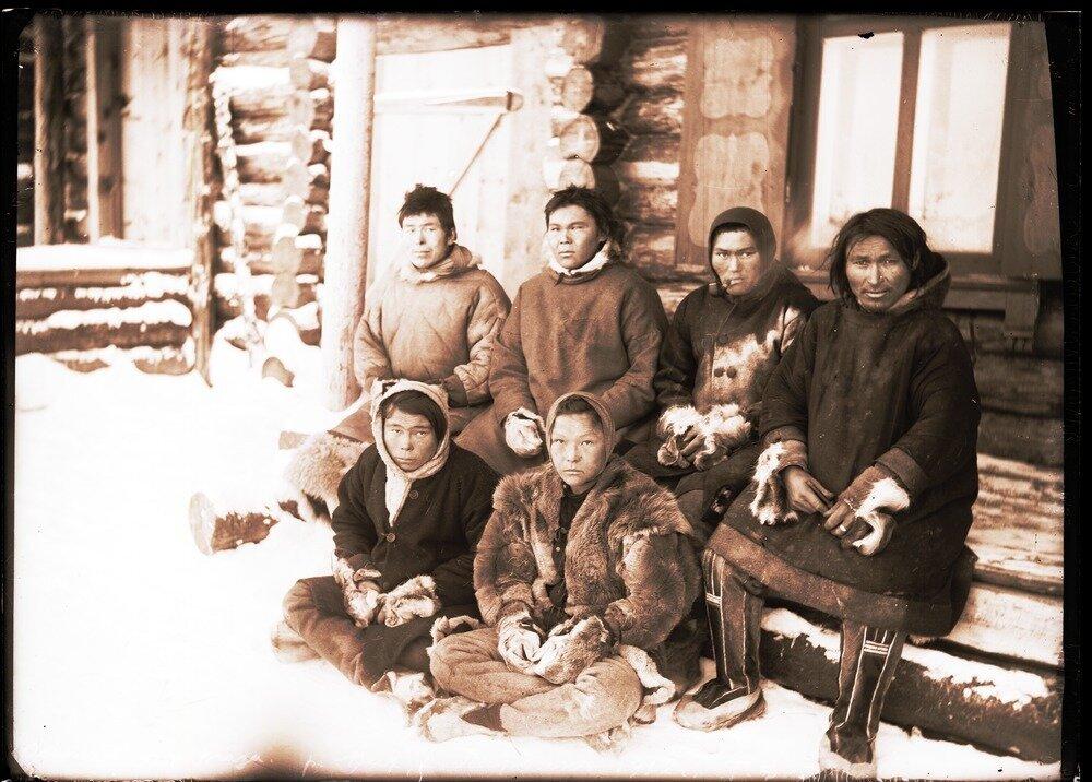 1912. Село Ларьяк.  Остяки с реки Таз