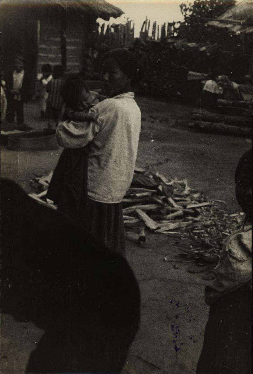 Станция Ин. Корейская женщина с ребенком