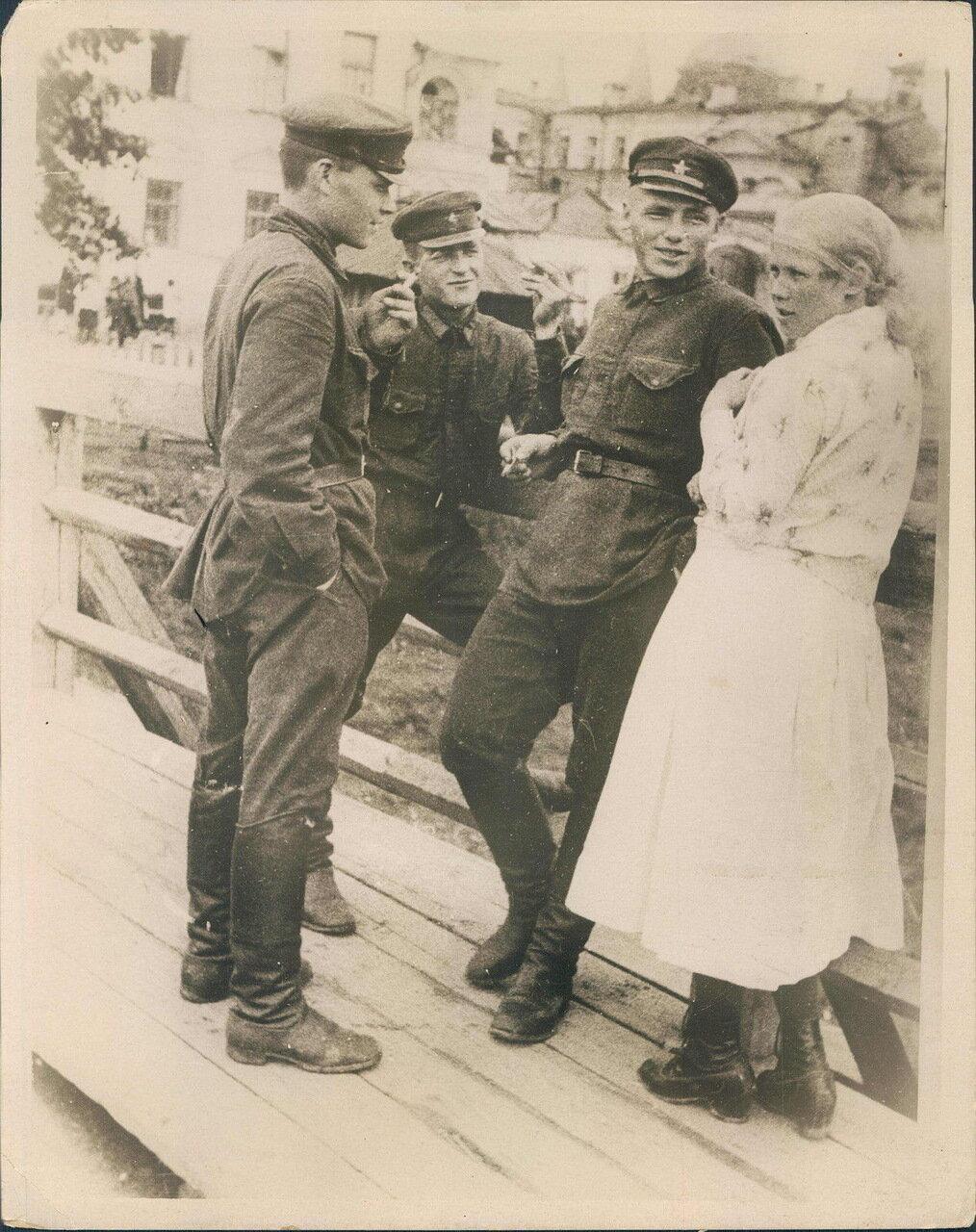 1930. Солдаты беседуют с женщиной