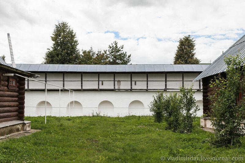 Крепостная стена Свято-Покровского монастыря в Суздале