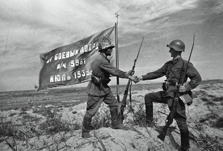 Водружение красного знамени над рекой Халхин-Гол.