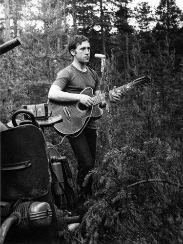 Выступление Владимира Высоцкого на «Лесном концерте» под Сосново на озере Лампушка Ленинградской области. Фото 1 июля 1972 года