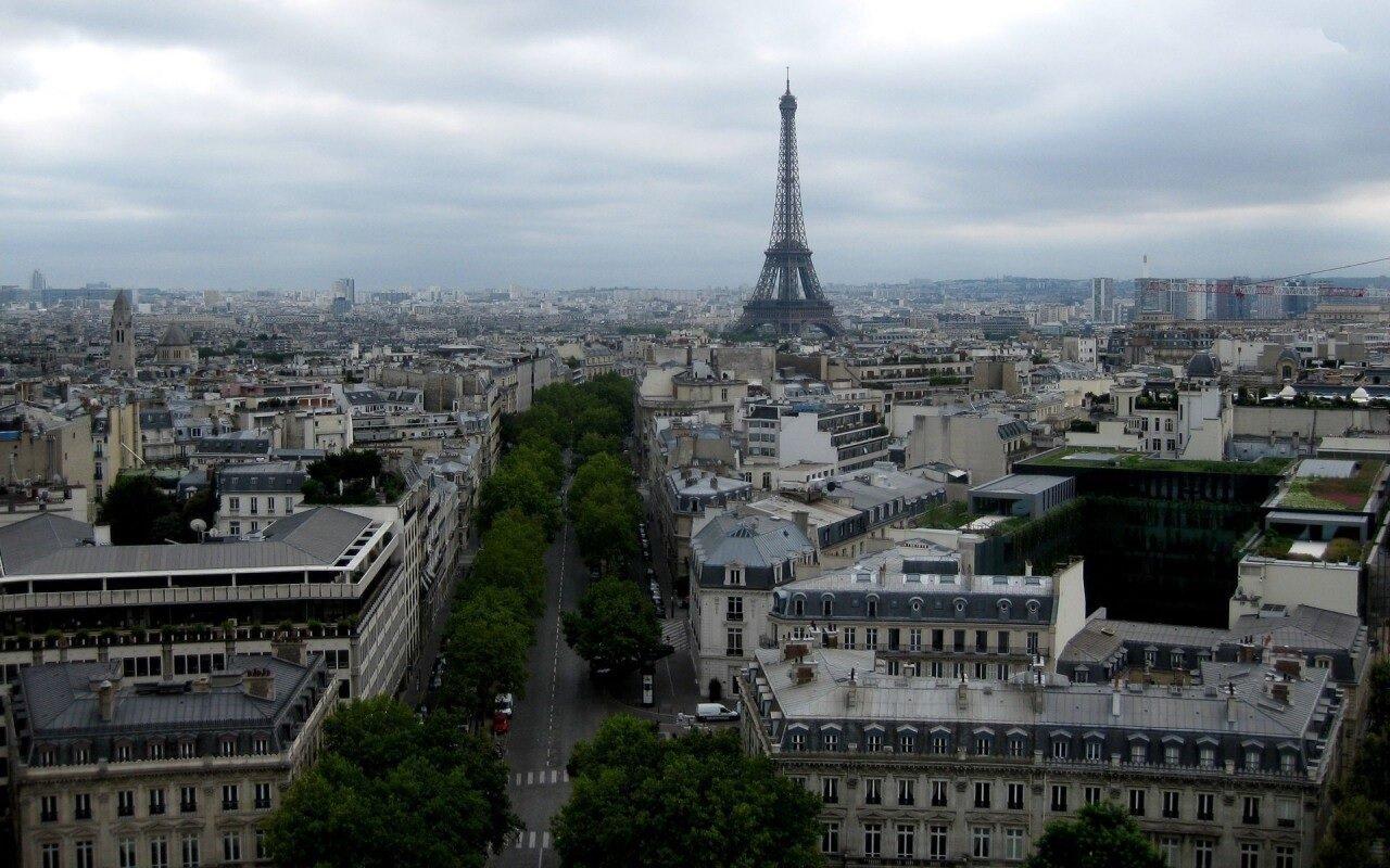 Небо Парижа утром.