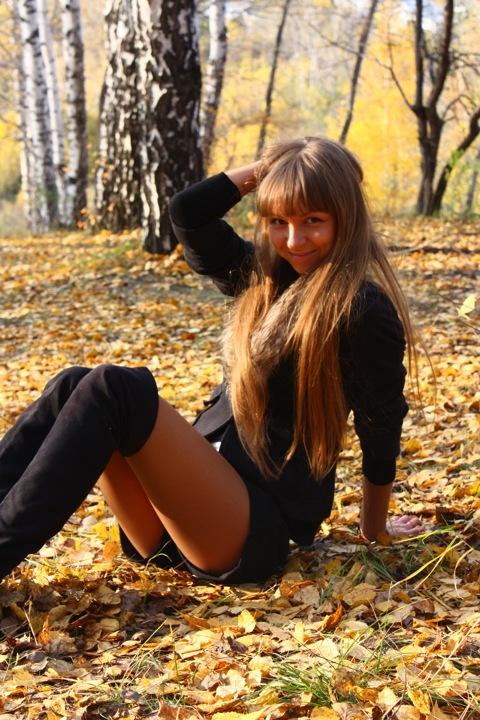 Фотосет девчонки в осеннем парке на ступеньках и на листьях