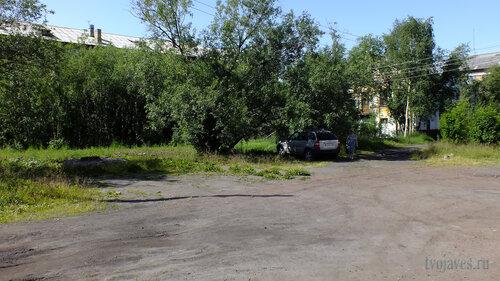 Фото города Инта №5193  За деревьями Гагарина 15 и Геологическая 5а 16.07.2013_12:44