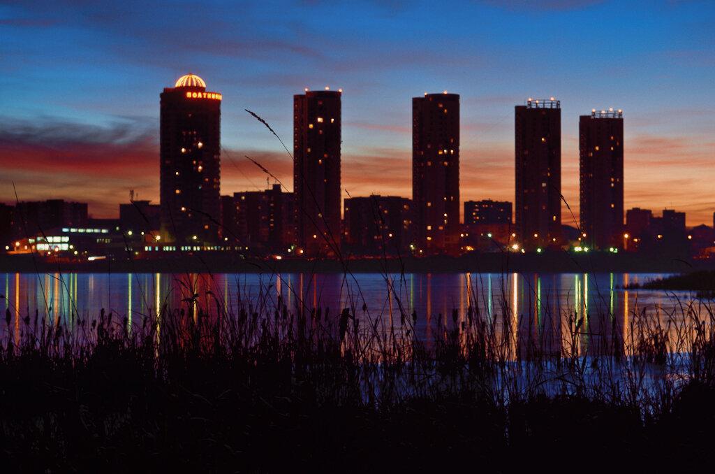 Рассвет на Нижне-Исетском пруду в Екатеринбурге. Камера Nikon D5100 с объективом Nikon 17-55mm f/2.8G. Снято с использованием карбонового штатива Sirui T-2204X.