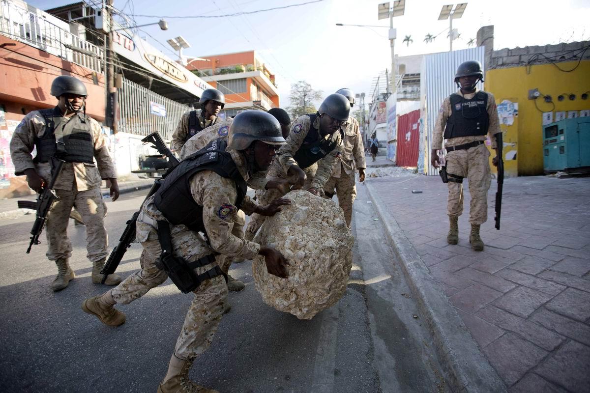 Два солдата из стройбата заменяют экскаватор: Будни гаитянской полиции